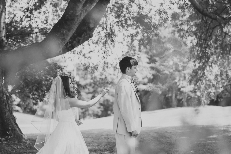 bride-groom-first-look-wedding-pictures 01
