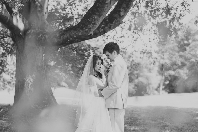 bride-groom-first-look-wedding-pictures 02